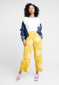 Obey Clothing - ANNETTE PANT - Broek - mustard multi - 1