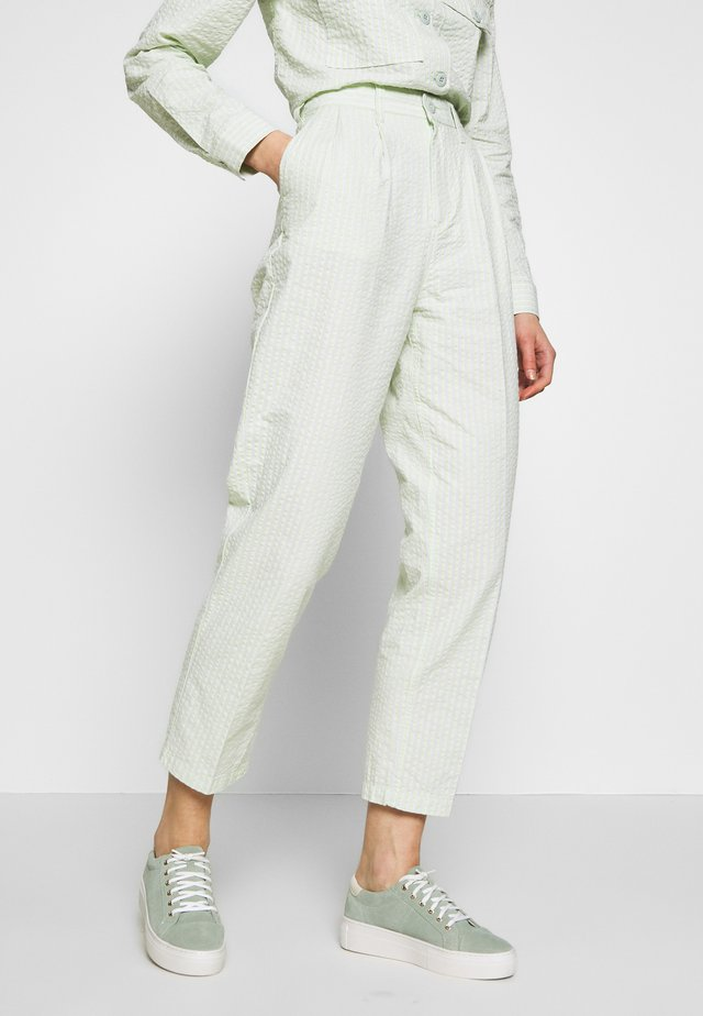 HELM PLEATED PANT - Stoffhose - seafoam