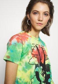Obey Clothing - GIVE PEACE CHANCE - Triko spotiskem - rainbow blotch - 3
