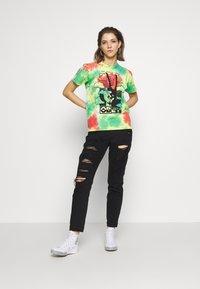 Obey Clothing - GIVE PEACE CHANCE - Triko spotiskem - rainbow blotch - 1