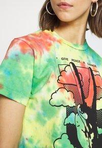 Obey Clothing - GIVE PEACE CHANCE - Triko spotiskem - rainbow blotch - 5