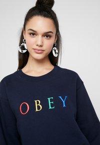 Obey Clothing - NOVEL - Mikina - deep navy/rainbow - 4