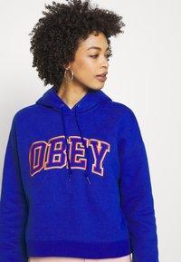 Obey Clothing - CONRAD CROPPED HOOD - Mikina skapucí - cobalt - 3