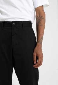 Obey Clothing - STRAGGLER FLOODED PANT - Tygbyxor - black - 3