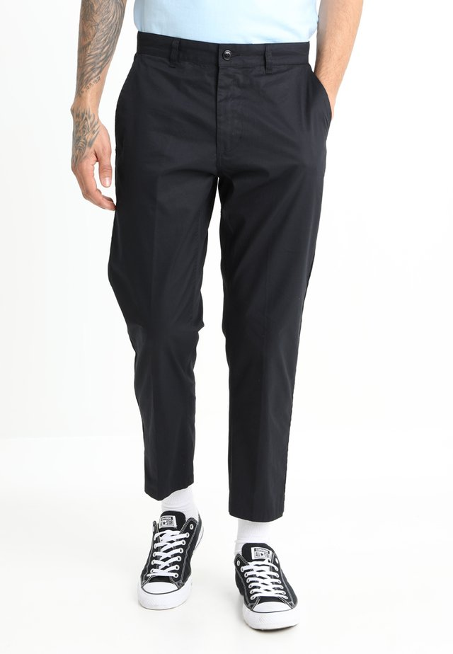 STRAGGLER LIGHT FLOODED PANT - Chino - black