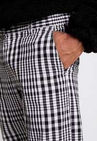 Obey Clothing - STRAGGLER PLAID FLOODED PANT - Chinos - black - 4