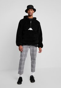 Obey Clothing - STRAGGLER PLAID FLOODED PANT - Chinos - black - 1
