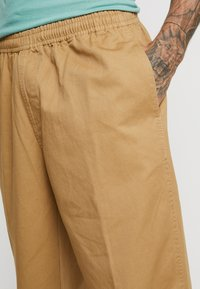 Obey Clothing - EASY PANT - Tygbyxor - camel - 3