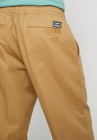 Obey Clothing - EASY PANT - Tygbyxor - camel - 5