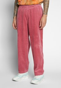 Obey Clothing - EASY BIG BOY PANT - Pantaloni - cassis - 0