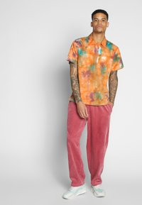 Obey Clothing - EASY BIG BOY PANT - Trousers - cassis