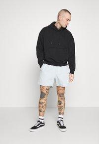Obey Clothing - EASY RELAXED SHORT - Džínové kraťasy - light indigo - 1