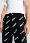Obey Clothing - HARDWORK DYNAMITE LABOR - Džíny Straight Fit - slanted black
