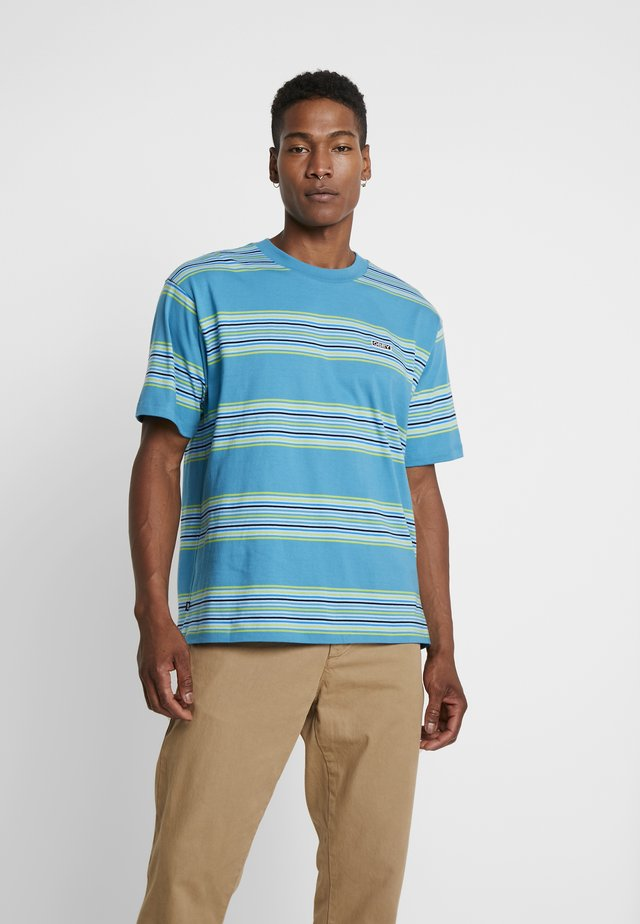 ROUTE CLASSIC TEE - T-shirt med print - pure teal/multi