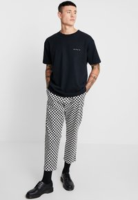 Obey Clothing - NOVEL  - Jednoduché triko - off black - 1