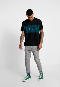 Obey Clothing - CONRAD CLASSIC TEE - Print T-shirt - black - 1