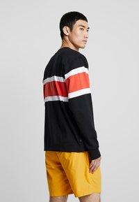 Obey Clothing - EMBRACE CLASSIC TEE - Maglietta a manica lunga - black multi - 2