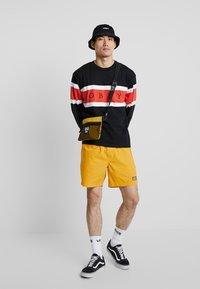Obey Clothing - EMBRACE CLASSIC TEE - Maglietta a manica lunga - black multi - 1