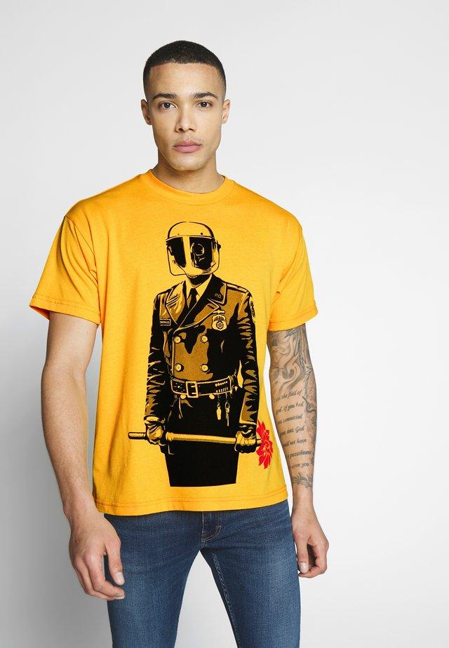SADISTIC FLORIST - T-Shirt print - yellow
