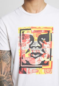 Obey Clothing - FACE COLLAGE - Camiseta estampada - cream - 4