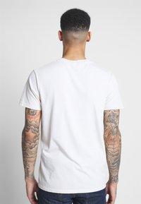 Obey Clothing - FACE COLLAGE - Camiseta estampada - cream - 2