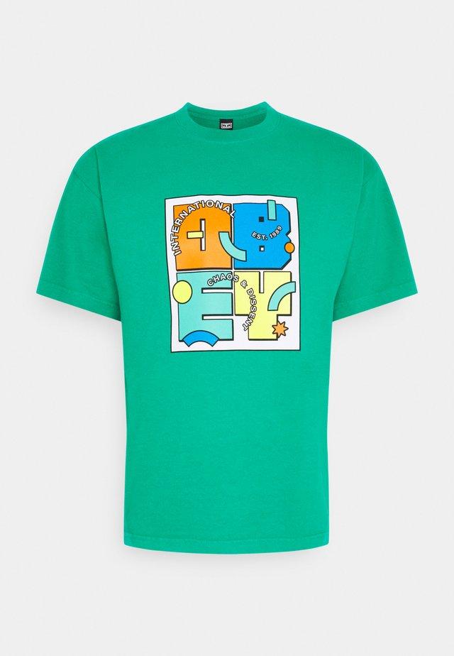 SHAPESHIFT - Print T-shirt - bright jade