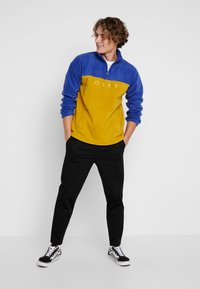 Obey Clothing - CHANNEL MOCK NECK - Bluza z polaru - gold/multi - 1