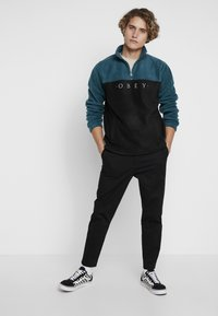 Obey Clothing - CHANNEL MOCK NECK - Bluza z polaru - black - 1
