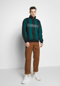 Obey Clothing - GOAL ZIP MOCK NECK - Sudadera - deep teal/multi - 1
