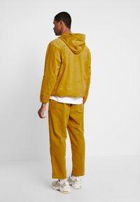 Obey Clothing - SHINER ANORAK - Větrovka - golden palm - 2