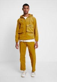 Obey Clothing - SHINER ANORAK - Větrovka - golden palm - 1