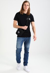 Obey Clothing - DROP OUT TRAVELER - Torba na ramię - black - 1