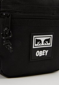 Obey Clothing - CONDITIONS TRAVELER BAG - Taška s příčným popruhem - black