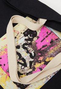 Obey Clothing - ENHANCED DISINTEGRATION - Shoppingveske - black - 3