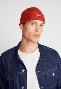 Obey Clothing - HANGMAN BEANIE - Beanie - brick red - 1