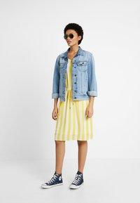 Object - OBJBAY DALLAS DRESS SEASON - Robe d'été - yellow/white - 1