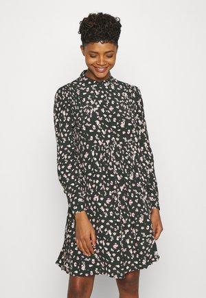 OBJNELL SHORT DRESS  - Košilové šaty - green