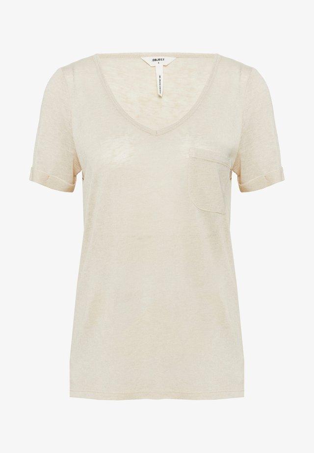 OBJTESSI V NECK SEASONAL - T-Shirt print - sandshell