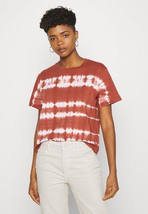 OBJHERA - T-shirt med print - sugar almond/white tie dye