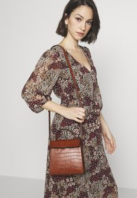 Object - OBJTALULA CROSSOVER - Across body bag - amber brown - 1