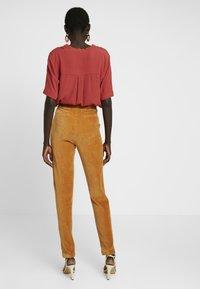 Object Tall - OBJCORDA LISA SLIM PANT - Kalhoty - brown sugar - 3