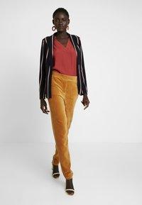 Object Tall - OBJCORDA LISA SLIM PANT - Kalhoty - brown sugar - 2