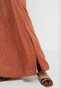 Object Tall - OBJCLARISSA SINGLET DRESS - Maxi šaty - brown patina/white - 6