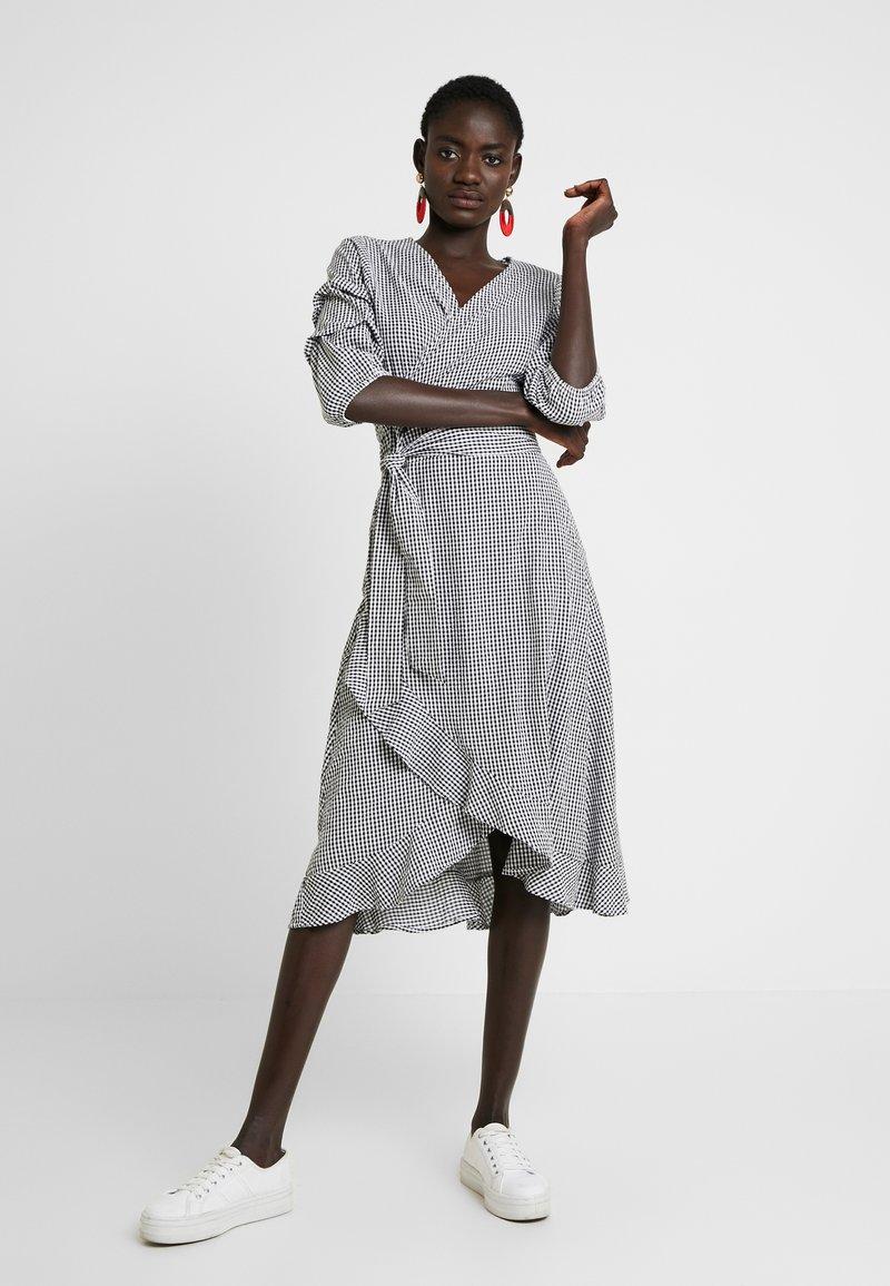 Object Tall - OBJFINKE WRAP DRESS - Hverdagskjoler - gardenia/black