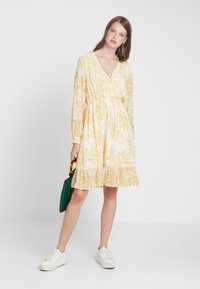 Object Tall - OBJVITA DRESS - Robe d'été - gardenia/yellow - 2