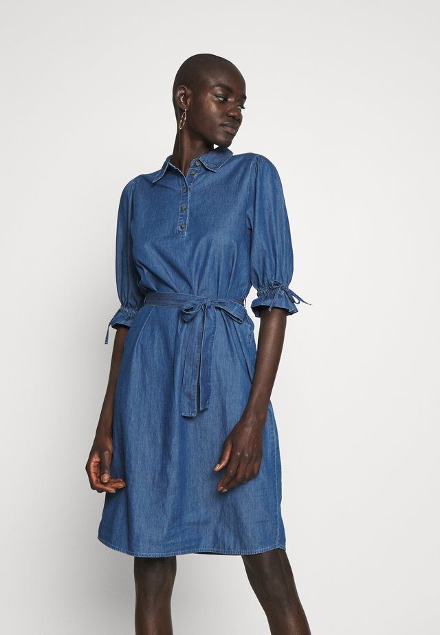 OBJANNELI DRESS - Dongerikjole - medium blue denim