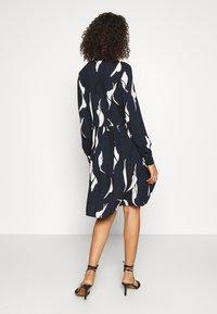 Object Tall - OBJALORA DRESS - Denní šaty - sky captain/abstract leaves - 2