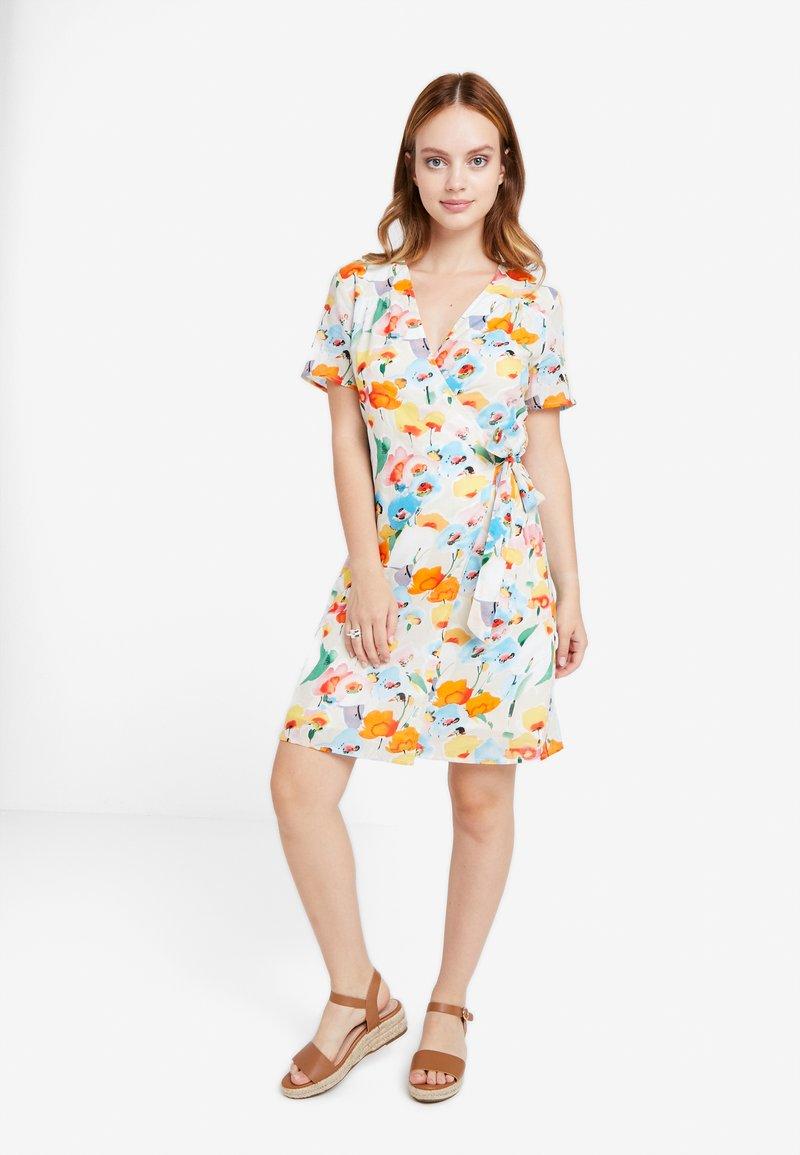 Object Petite - OBJGIOVANNA WRAP DRESS - Freizeitkleid - gardenia/multi color