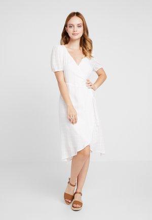OBJLUANA  WRAP DRESS - Robe d'été - gardenia