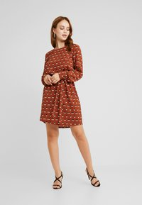 Object Petite - OBJRORY SHORT DRESS - Denní šaty - brown patina - 1